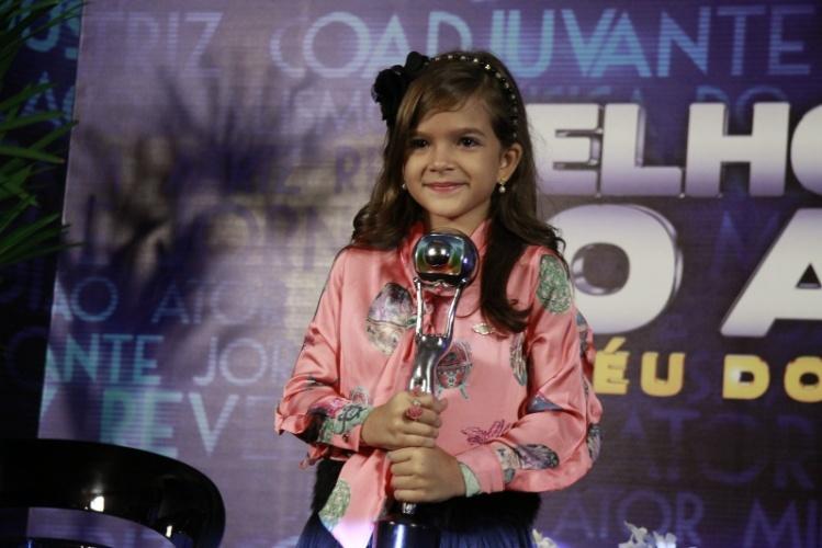 """3.mar.2013 - Mel Maia posa com seu troféu de Melhor Atriz Mirim no Melhores do Ano no """"Domingão do Faustão"""""""