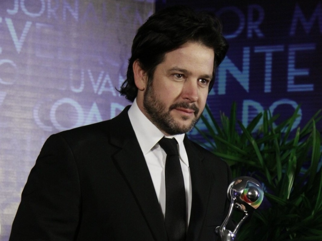 3.mar.2013 - Murilo Benício mostra seu prêmio de Melhor Ator no Melhores do Ano do