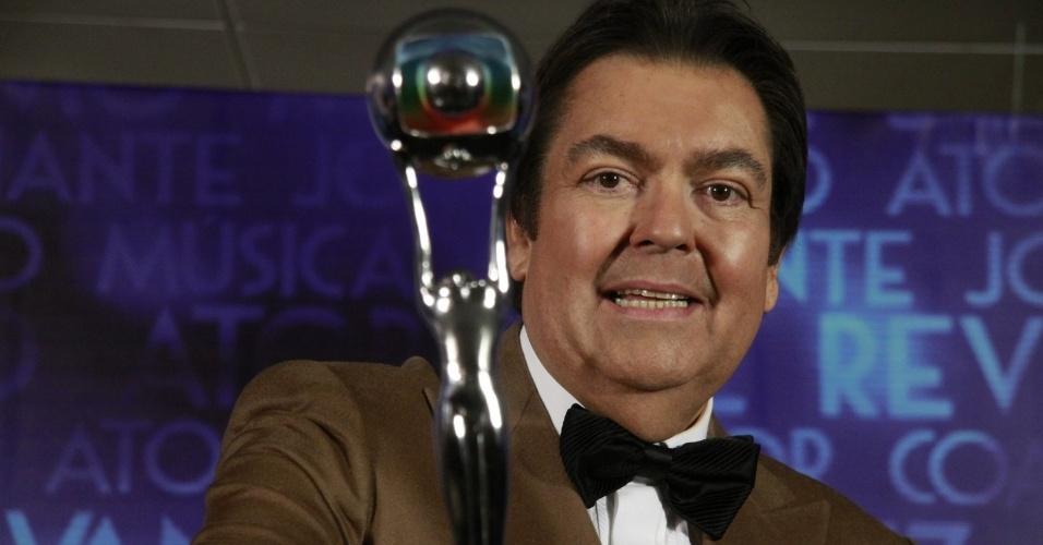 3.mar.2013 - O apresentador Faustão segura o troféu Melhores do Ano após a premiação