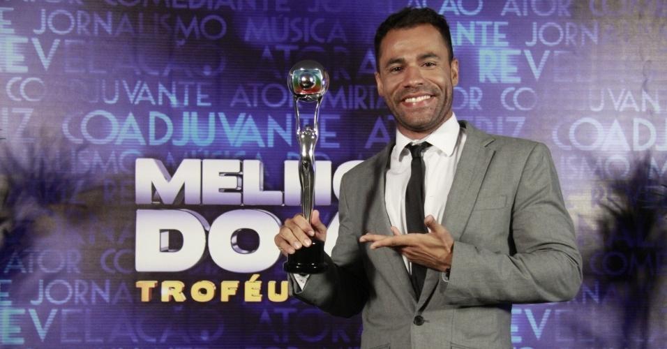 """3.mar.2013 - Rodrigo Sant´anna posa com o prêmio de Humor no Melhores do Ano no """"Domingão do Faustão"""""""