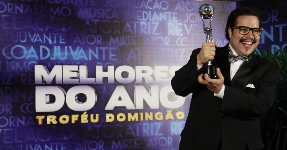 """3.mar.2013 - Tiago Abravanel posa com o prêmio de Ator Revelação no """"Melhores do Ano no Faustão"""""""