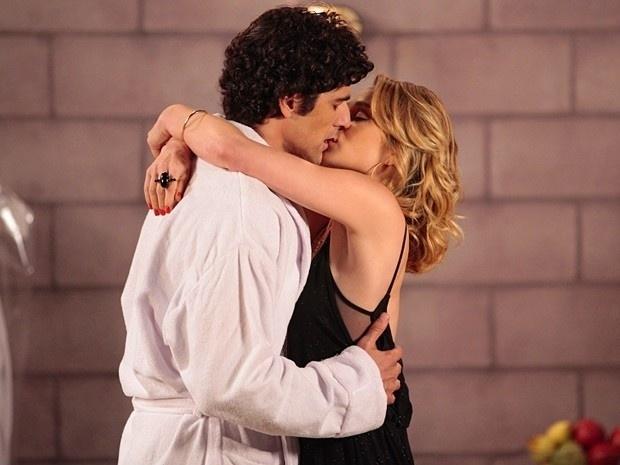 """4.mar.2013 - Em """"Guerra dos Sexos"""", Roberta e Fábio quase flagram beijo de Juliana e Nando"""
