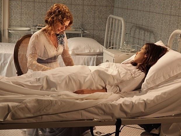 """4.mar.2013 - Em """"Lado a Lado"""", com Laura dopada, Constância """"perdoa"""" a filha no leito do sanatório"""