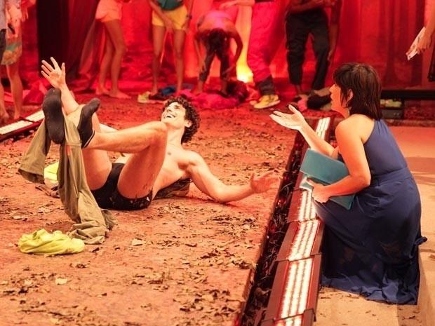 """4.mar.2013 - Em """"Guerra dos Sexos"""", Nando fica bêbado e estraga o desfile de Roberta"""