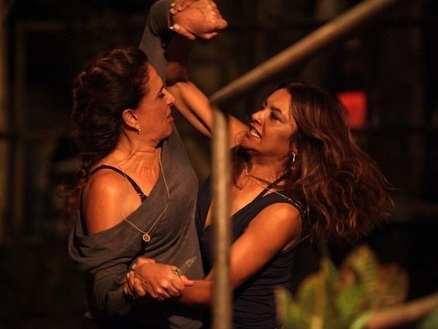 """4.mar.2013 - Em """"Salve Jorge"""", Lucimar dá uma surra em Wanda e ameaça matar a vilã"""