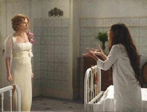 """5.mar.2013 Em """"Lado a Lado"""", Constância diz para Laura que ela não sairá do sanatório tão cedo e as duas disctuem"""