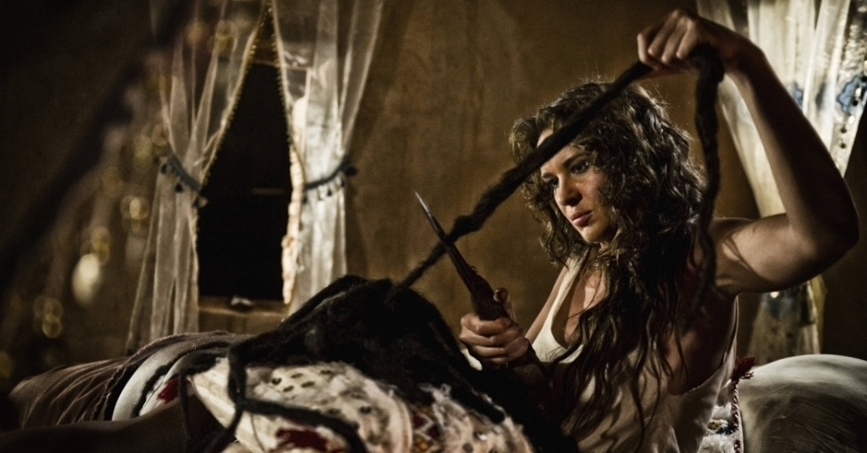 """5.mar.2013 - Dalila corta os cabelos de Sansão para tirar sua força em cena da série """"A Bíblia"""", exibida nos EUA pelo History Channel"""