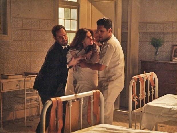 """5.mar.2013 - Em """"Lado a Lado"""", Laura é resgatada e volta para sanatório"""