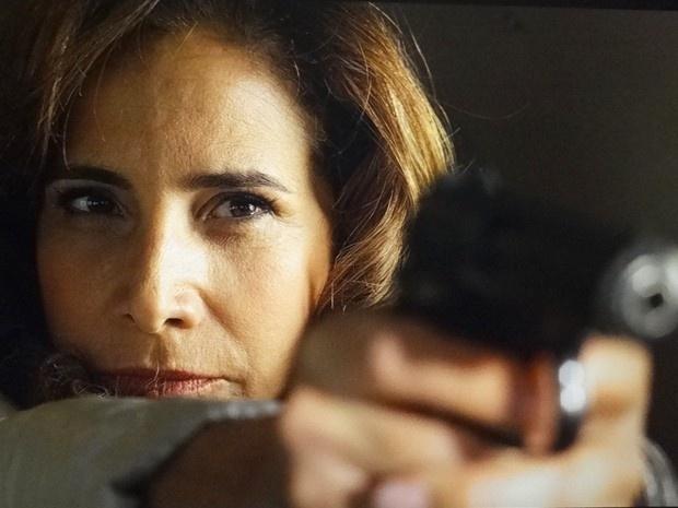 """5.mar.2013 - Em """"Salve Jorge"""", durante fuga para Turquia, Wanda aponta arma para piloto"""