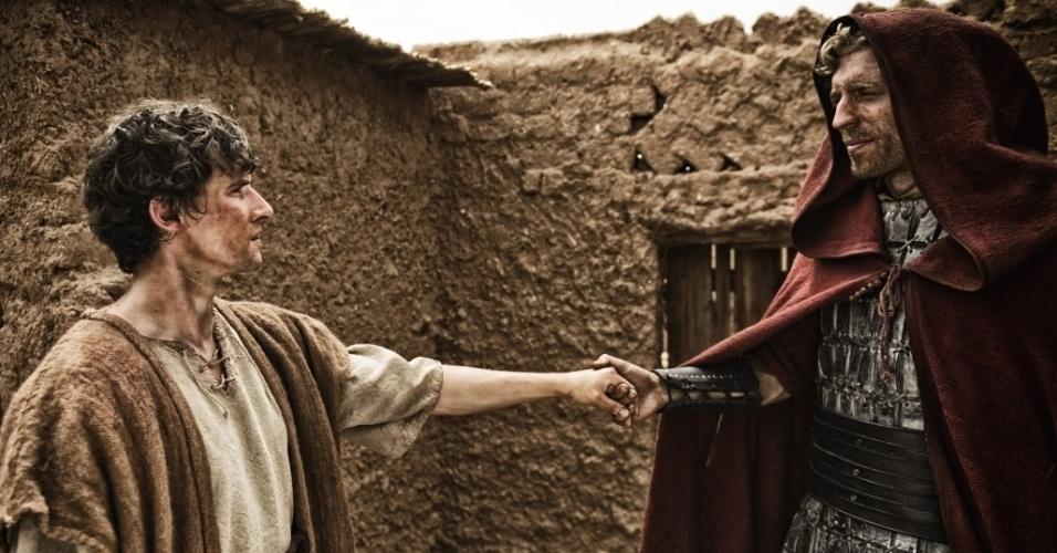 """5.mar.2013 - José recebe a visita do anjo Gabriel em cena da série """"A Bíblia"""""""