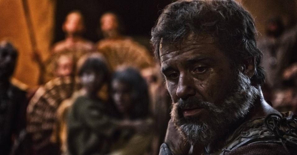 """5.mar.2013 - O profeta Josué em cena da série """"A Bíblia"""" que retrata a queda das muralhas de Jericó"""