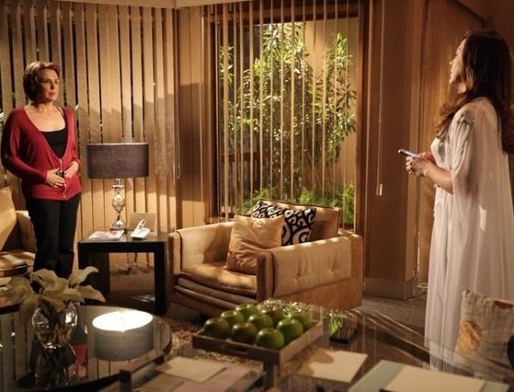 """5.mar.2013 Em """"Salve Jorge"""", Rachel vai tirar satisfações com Lívia sobre Élcio e quase pega Wanda no flagra"""