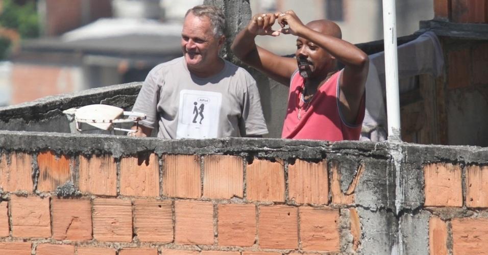 5.mar.2013 Nando Cunha, o Pescoço, grava mais uma cena onde espia o banho de sol da piriguete Maria Vanúbia e até faz o gesto de coração para ela