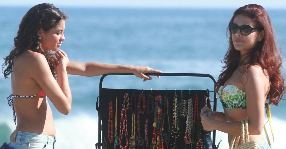 """5.mar.2013 Paloma Bernardi grava cenas de """"Salve Jorge"""" no Recreio, no Rio de Janeiro, Na próxima terça-feira (12), a aprendiz de trafiante vai aliciar uma menina na praia para levá-la para a Turquia"""