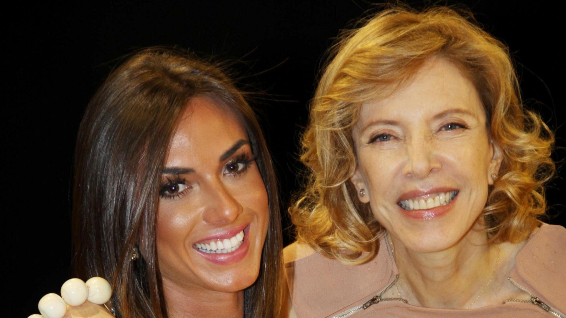 6.mar.2013 - Nicole Bahls posa ao lado de Marília Gabriela