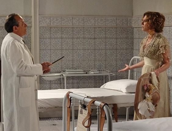 """6.mar.2013 Em """"Lado a Lado"""",  Constância é impedida de ver Laura no sanatório, se desespera e pede socorro a Edgar"""