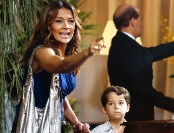 """6.mar.2013 - Em """"Salve Jorge"""", Lucimar ataca Lívia no meio de restaurante e a chama de 'cachorra'"""