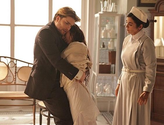 """6.mar.2013 Em """"Lado a Lado"""", Edgar encontra Laura com camisa de força e consegue resgatá-la"""