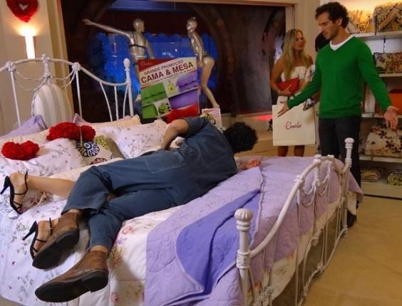 """7.mar.2013 Em """"Guerra dos Sexos"""", Fábio flagra Juliana e Nando em uma cama que está exposta na Charlôs's"""