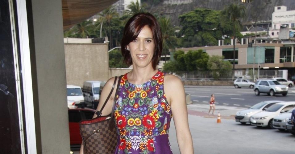"""8.mar.2013 - Maria Clara Gueiros prestigiou o último capítulo da novela """"Lado a Lado"""" em uma churrascaria no Rio"""