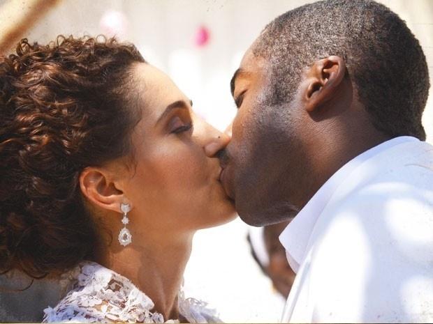 "8.mar.2013 - No último capítulo de ""Lado a Lado"", Zé Maria e Isabel se casam no quintal da Tia Jurema"