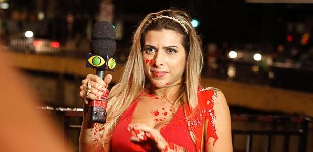 A panicat Ana Paula Minerato recebeu um banho de tinta de uma manifestante