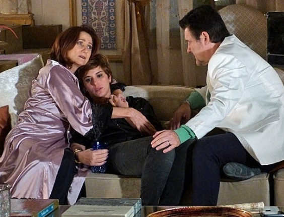 9.mar.2013 - Berna (Zezé Polessa) desconfia que Wanda (Totia Meirelles) está metida no sequestro de Aisha (Dani Monteiro)