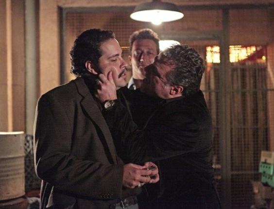 """9.mar.2013 - Em """"Salve Jorge"""", Russo (Adriano Garib) dá uma prensa em Demir (Tiago Abravanel)"""