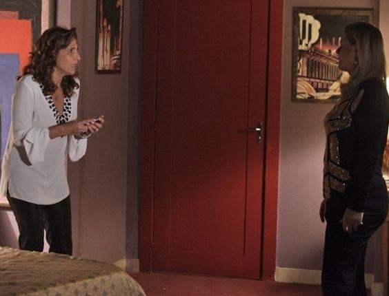"""9.mar.2013 - Em """"Salve Jorge"""", Wanda (Totia Meirelles) diz a Irina (Vera Fischer) que está desesperada com mensagens anônimas"""