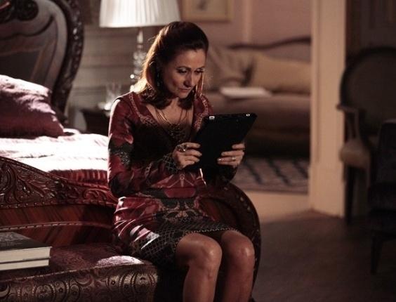 """11.mar.2013 - Em """"Salve Jorge"""", Berna (Zezé Polessa)  revela a Helô (Giovanna Antonelli) que Wanda (Totia Meirelles) e Adalgisa são a mesma pessoa"""