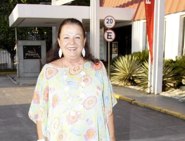 """11.mar.2013 - Beth Mendes assistiu ao primeiro capítulo de """"Flor do Caribe"""" junto ao elenco da novela em uma churrascaria no Rio"""