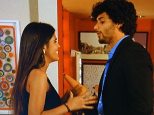 """11.mar.2013 - Em """"Guerra dos Sexos"""", Ronaldo (Jesus Luz) descobre que Isadora (Antonia Moraes) e Vicky são a mesma pessoa"""