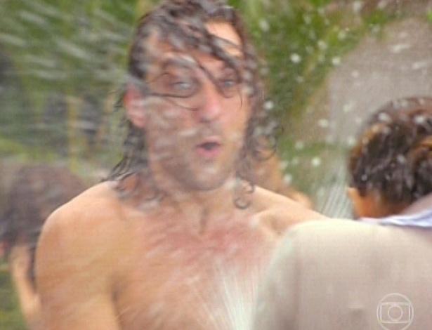 11.mar.2013 Alberto abre uma champagne e molha a empregada