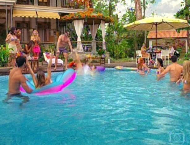 11.mar.2013 Alberto joga a empregada na piscina