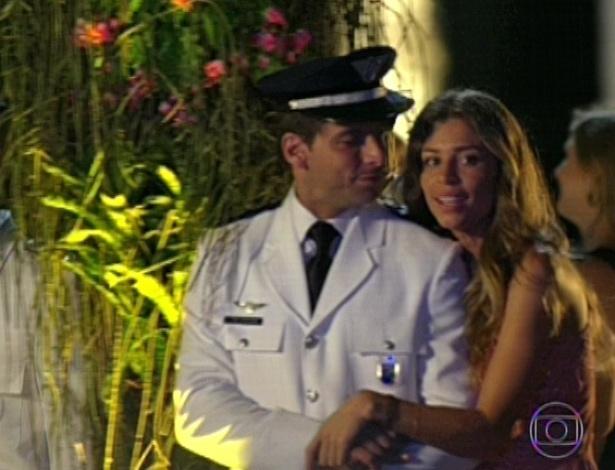 11.mar.2013 Cassiano e Ester chegam à festa de Alberto