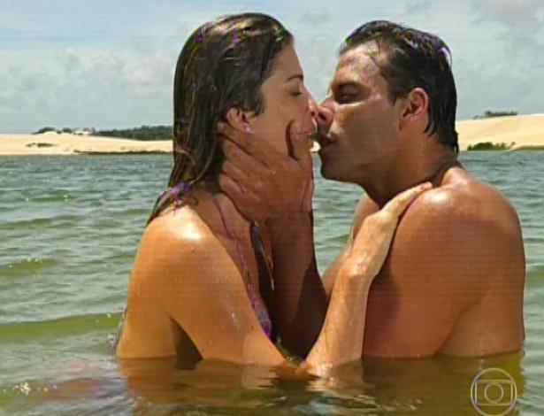 11.mar.2013 Cassiano e Ester namoram e matam a saudade. Os dois fazem juras de amor e dizem que não conseguem ficar longe um do outro