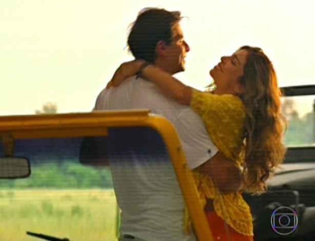 11.mar.2013 Cassiano finalmente encontra Ester, e os dois saem juntos