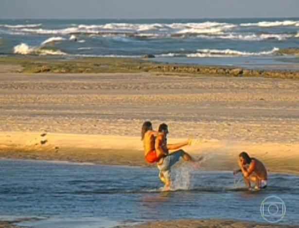 11.mar.2013 Os três saem do barco e brincam na praia