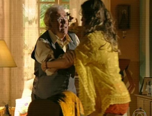 11.mar.2013 Samuel chega em casa e Ester tenta acalmar o pai