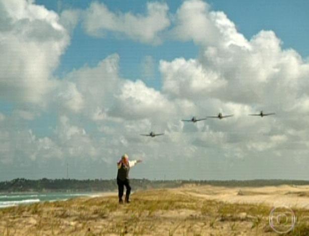 11.mar.2013 Samuel escuta o barulho dos aviões e sai correndo pela praia