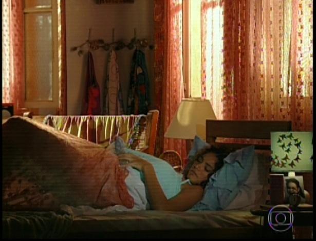 11.mar.2013 Taís, que ainda está dormindo, diz para mãe que já vai