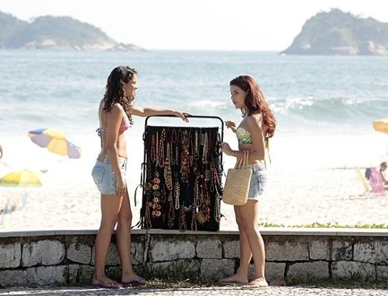 """12.mar.2013 - Em """"Salve Jorge"""", Rosângela ilude menina com oferta de emprego"""