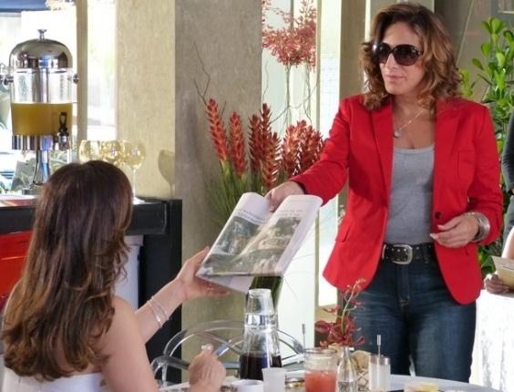 """13.mar.2013 Em """"Salve Jorge"""", Wanda confirma interesse de Lívia por Théo"""