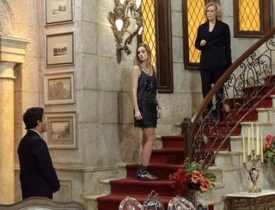 """14.mar.2013 Em """"Guerra dos Sexos"""",  Zenon diz para Charlô que Carolina pode estar envolvida na sabotagem"""