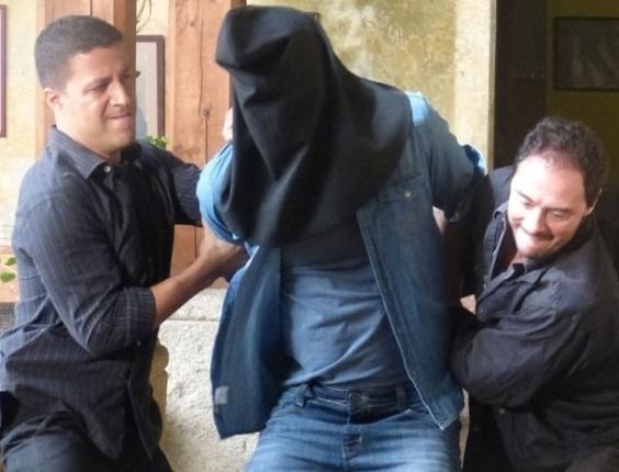 """14.mar.2013 - Em """"Flor do Caribe"""", mafioso descobre diamantes falsos e prende Cassiano em masmorra"""