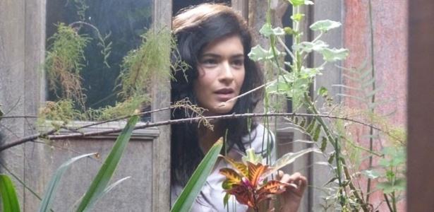 """Em """"Flor do Caribe"""", Cristal vê Cassiano e se interessa pelo piloto"""