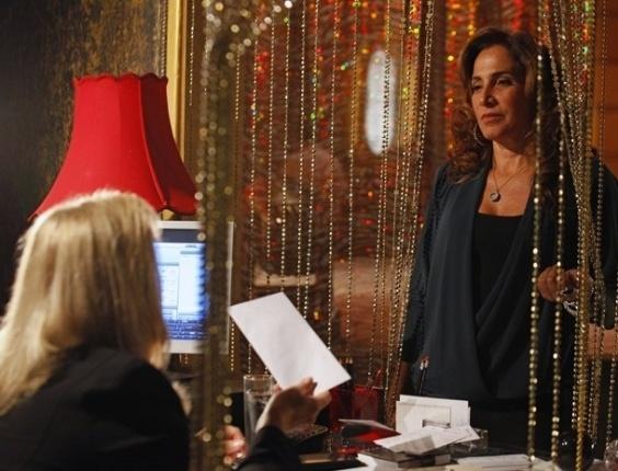"""15.mar.2013 Em """"Salve Jorge"""", Wanda avisa Irina que irá se esconder na Capadócia"""