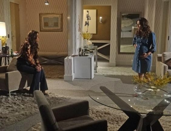 """18.mar.2013 - Em """"Salve Jorge"""", Morena explica para Helô como funciona o esquema na boate"""
