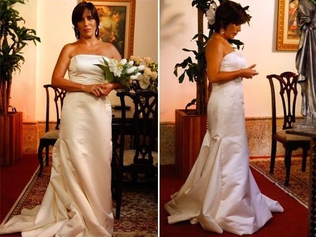 18.mar.2013 Gloria Pires posou com o vestido de noiva que usará no casamento de sua personagem, Roberta Leoni, com Nando (Reynaldo Gianecchini). As cenas estão previstas para ir ao ar a partir de sexta-feira (22)