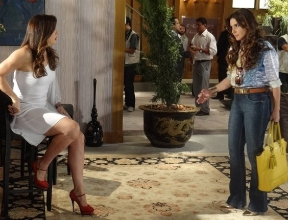 """19.mar.2013 - Em """"Salve Jorge"""", Helô perde a cabeça e acusa Lívia da morte de Rachel"""
